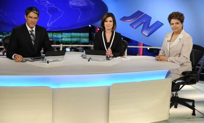 """Em agosto de 2010, Fátima e Bonner entrevistaram a então candidata à presidência da República, Dilma Rousseff, na bancada do """"JN"""" Renato Rocha Miranda / TV Globo"""