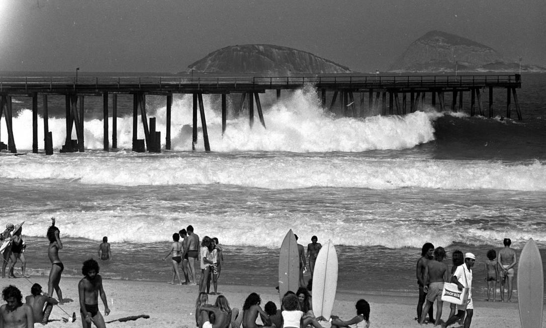 A Praia de Ipanema na altura do Píer: ponto de encontro de surfistas e mulheres de topless Arquivo O Globo