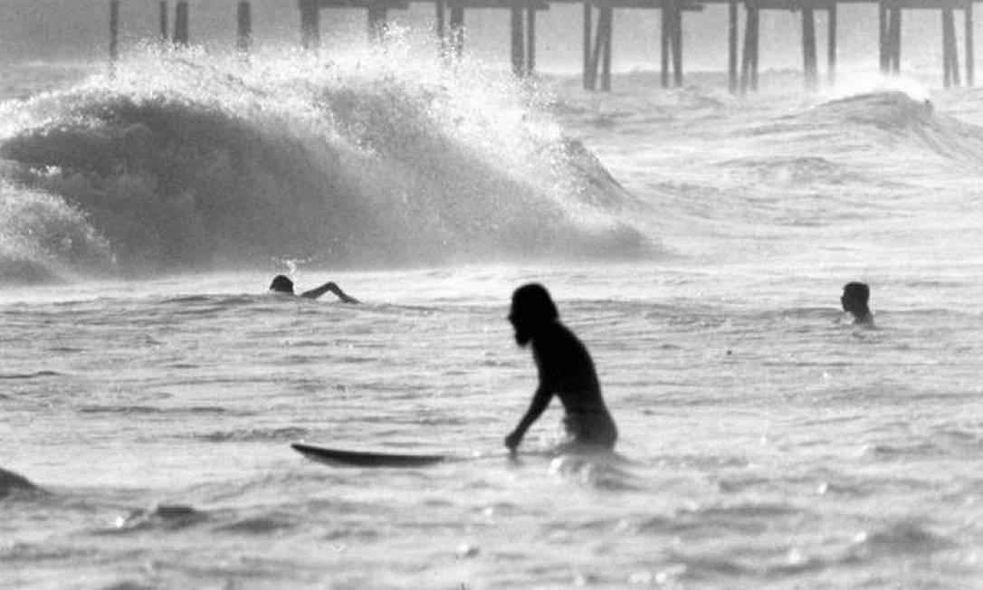 Surfista junto ao Píer de Ipanema: ponto de encontro da trupe nos anos 70 Divulgação / Fernando Fedoca Lima