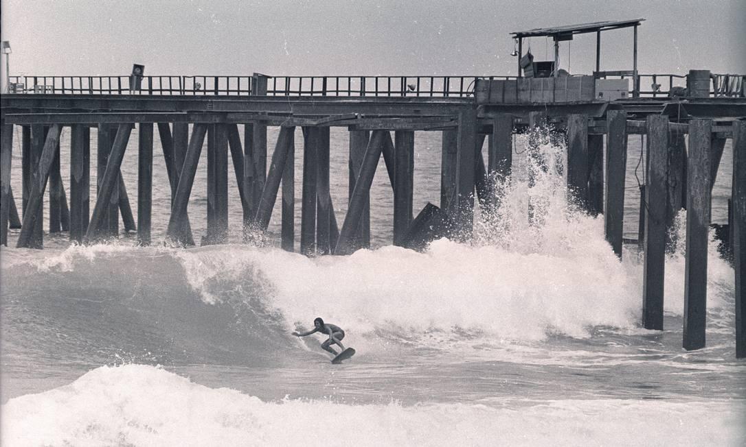 Surfista ao mar na altura da Rua Farme de Amoedo: pilares e chapas usados na construção do píer melhoraram as ondas Arquivo O Globo / Eurico Dantas