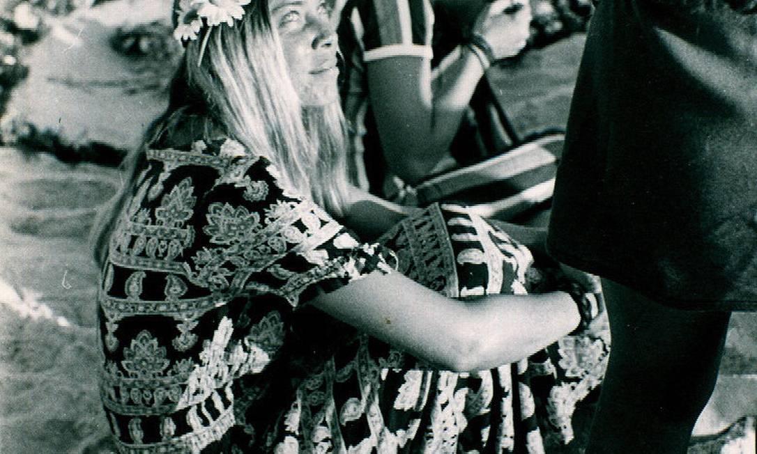 Flor na cabeça, roupa estampada: figurino para ver o pôr do sol na Ipanema dos anos 1970 Divulgação / Fernando Fedoca Lima
