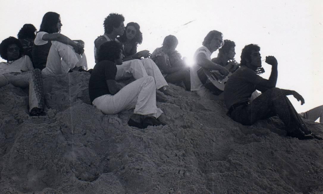 Jovens observam o nascer do sol nas Dunas da Gal, também conhecida como Dunas do Barato, em 1º de janeiro de 1972 Divulgação / Fernando Fedoca Lima