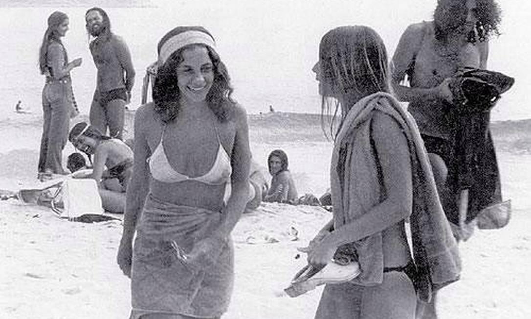 Gal Costa saindo da praia: cantora, que já fazia sucesso no Teatro Tereza Rachel, acabou dando nome às Dunas da Gal, ponto de encontro dos hippies da época Divulgação / Site Píer de Ipanema