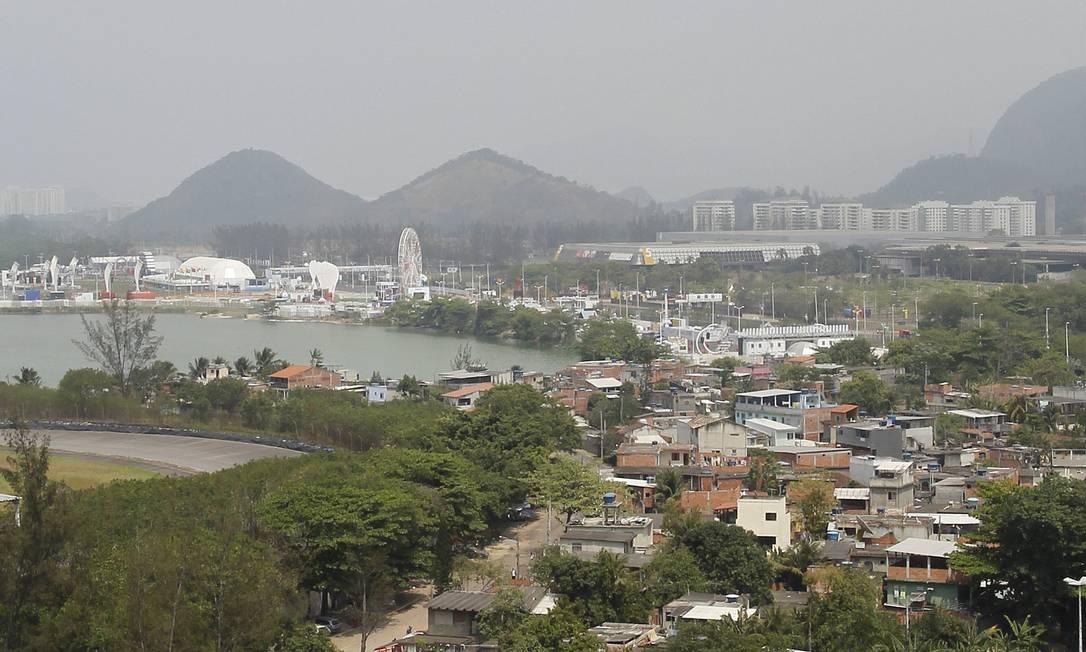 Vila do Autódromo, localizada na Avenida Abelardo Bueno, vai ser retirada pela prefeitura para a instalação do Parque Olímpico Foto: Márcia Foletto / Agência O Globo