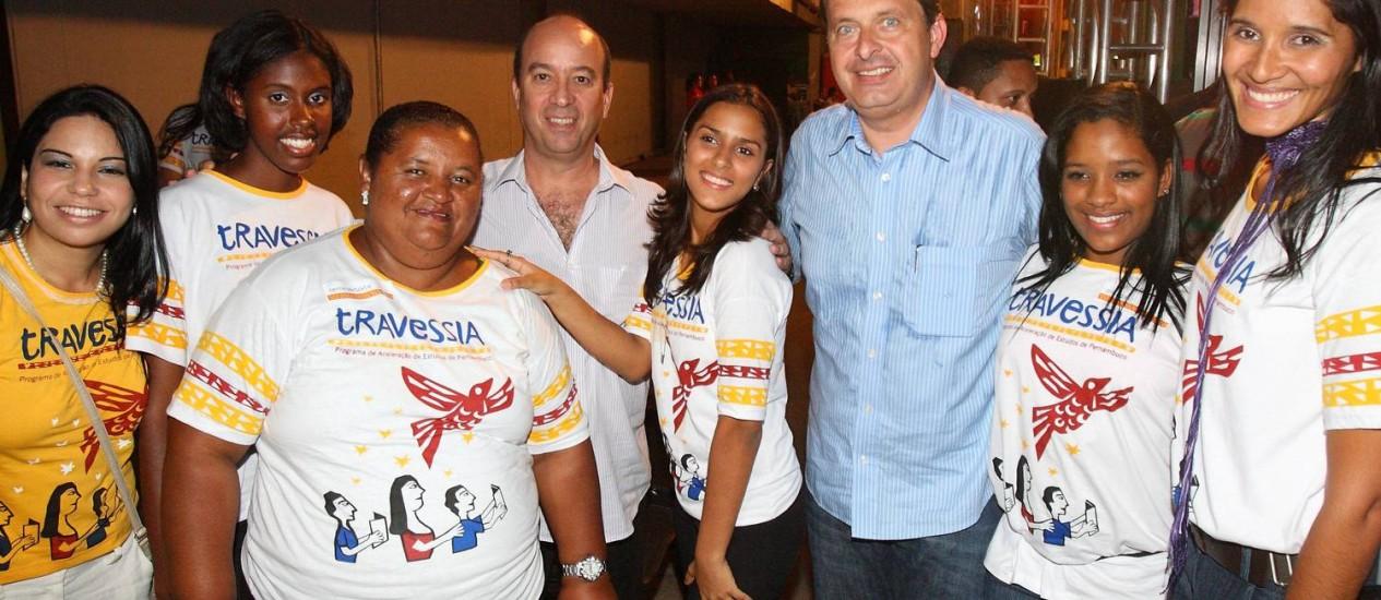 José Roberto Marinho e o governador de Pernambuco, Eduardo Campos, com alunos do projeto Travessia Foto: Hans von Manteuffel