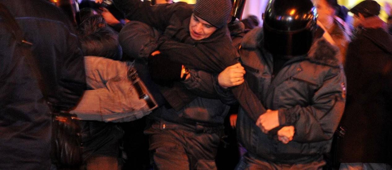 Manifestante é detido durante protesto em Moscou Foto: AFP