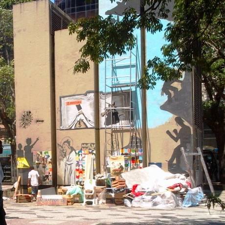 Caixas, colchões e lixo foram deixados para trás pelos integrantes do 'OcupaRio', na Cinelândia Foto: Foto do leitor Robson de Sousa