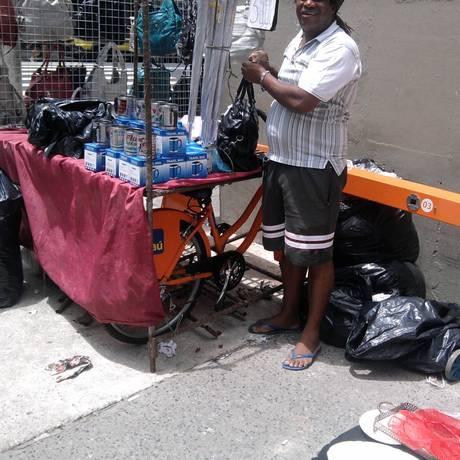 Ambulante monta barraca sobre bicicletário na Rua Hilário de Gouveia, em Copacabana Foto: Foto do leitor Raafel Bezerra