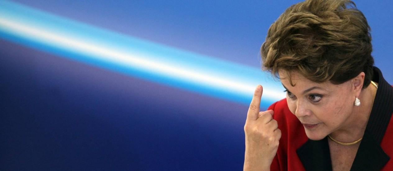 Presidente Dilma Rousseff discursa durante entrega o premio Jovem Cientista no palacio do Planalto: desacelaração da ecomia teria sido fruto de ação deliberada do governo Foto: Gustavo Miranda / O Globo
