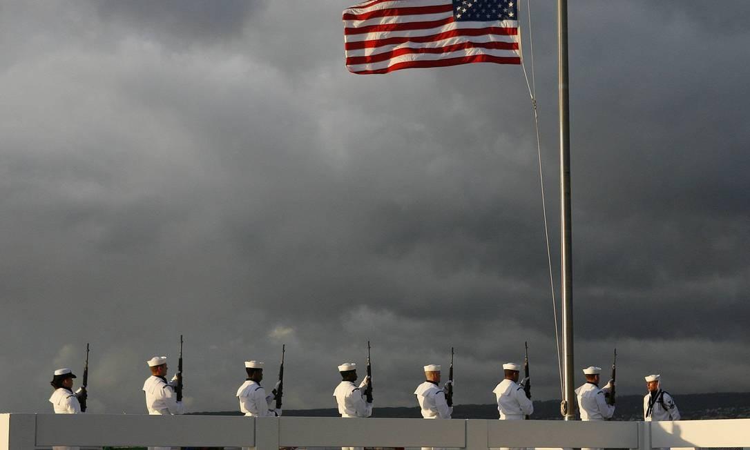 Marinheiros americanos fazem disparos em homenagem ao sobrevivente Lou Soucy, cujas cinzas foram depositadas nos destroços do navio USS Utah Foto: REUTERS