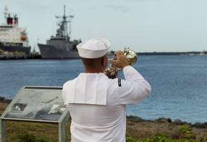 Marinheiro se apresenta durante a cerimônia de homenagem aos mortos no ataque de Pearl Harbor Foto: AP