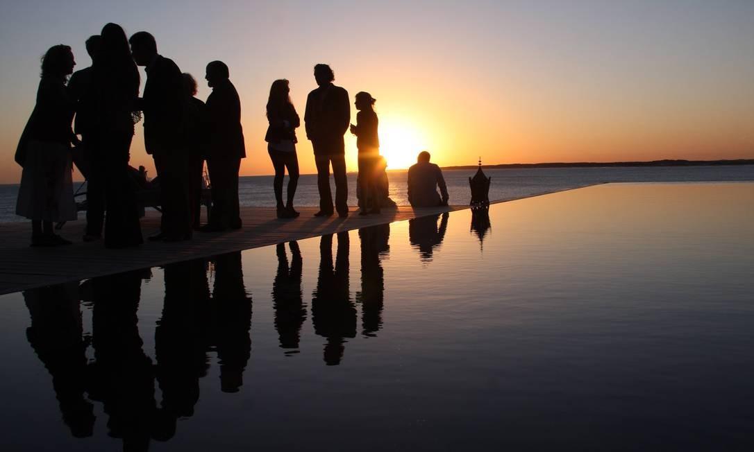 O pôr-do-sol no Hotel Playa Vik, na piscina de borda infinita debruçada sobre o mar, é tão belo que recebe os merecidos aplausos, assim como em Ipanema, Foto: Bruno Agostini / O Globo