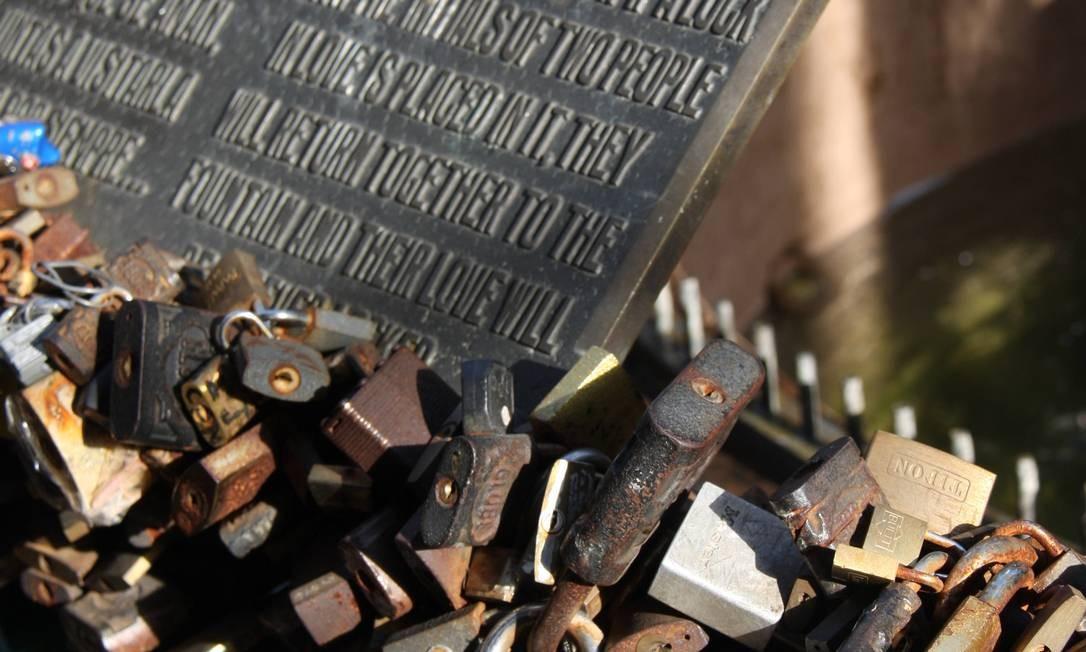 """Na Avenida 18 de Julio, em Montevidéu, os casais """"se prendem"""" para sempre ao trancar um cadeado com seus nomes. Foto: Bruno Agostini / O Globo"""