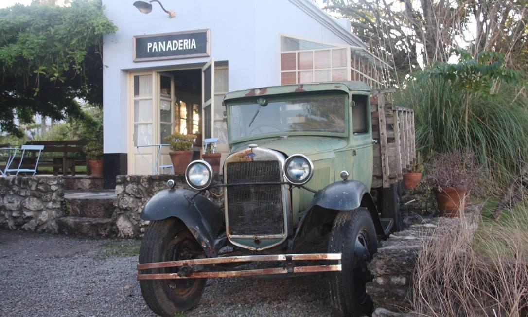 O antigo veículo anuncia a entrada da Finca y Granja Narbona, um misto de vinícola, fábrica de queijos, pousada e restaurante em Carmelo. Foto: Bruno Agostini / O Globo