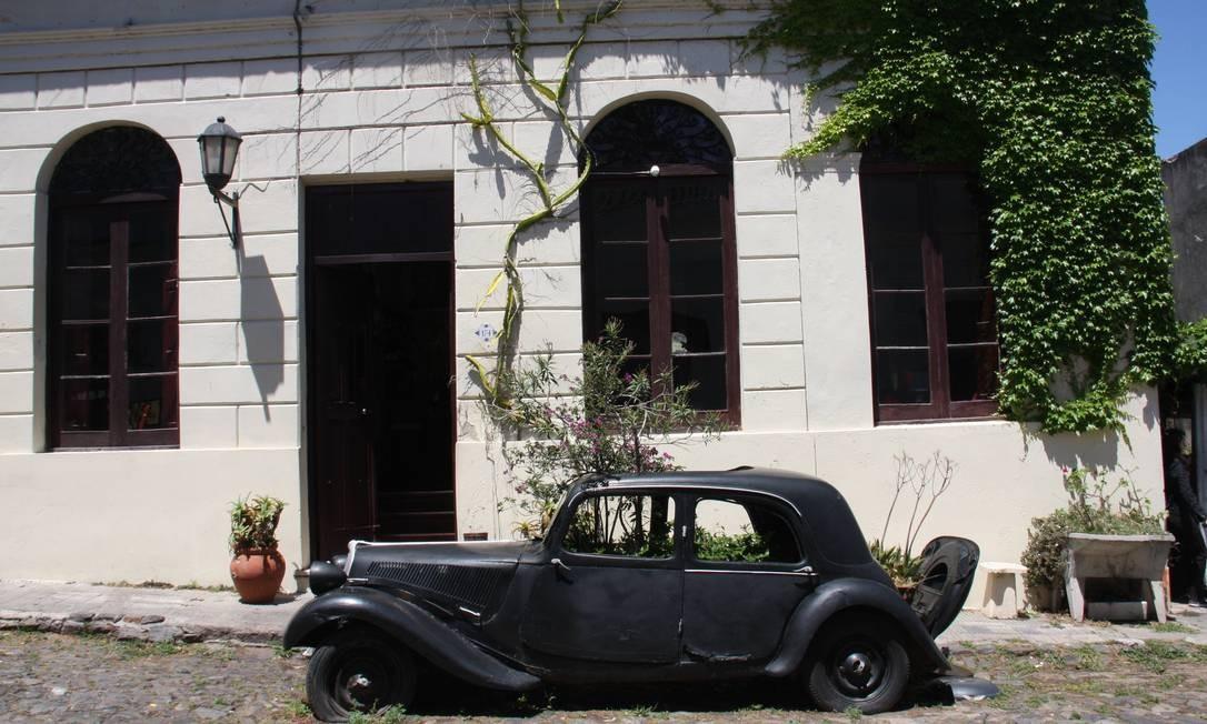 Vê-se carros antigos por toda a parte em Colonia do Sacramento, às margens do Rio da Prata. Foto: Bruno Agostini / O Globo