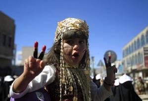 Menina iemenita participa de manifestação pelo julgamento do presidente Ali Abdullah Saleh Foto: Khaled Abdullah / Reuters