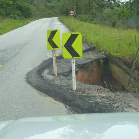 Trecho em meia-pista na rodovia Serramar aguarda por obra há 11 meses Foto: Foto do leitor Deucyles Soares Filho