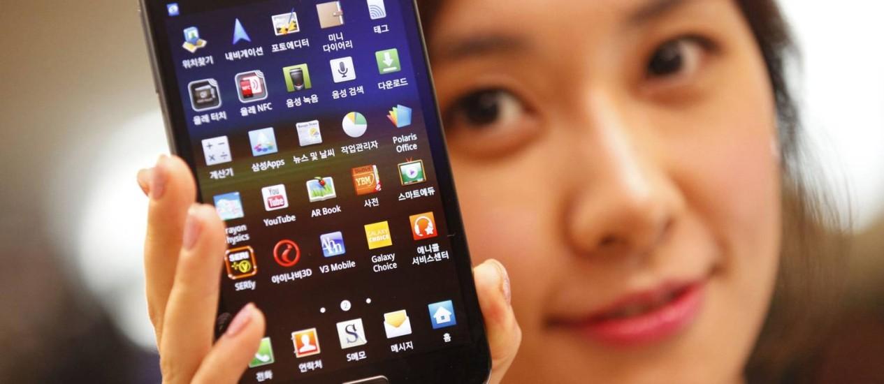 Modelo sul-coreana mostra novo Galaxy Note, da Samsung, em feira de eletrônicos de Seul Foto: LEE JAE-WON / REUTERS