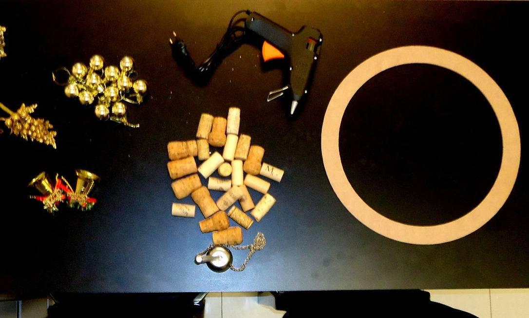 Separe os materiais de que irá precisar e distribua-os em uma mesa Divulgação