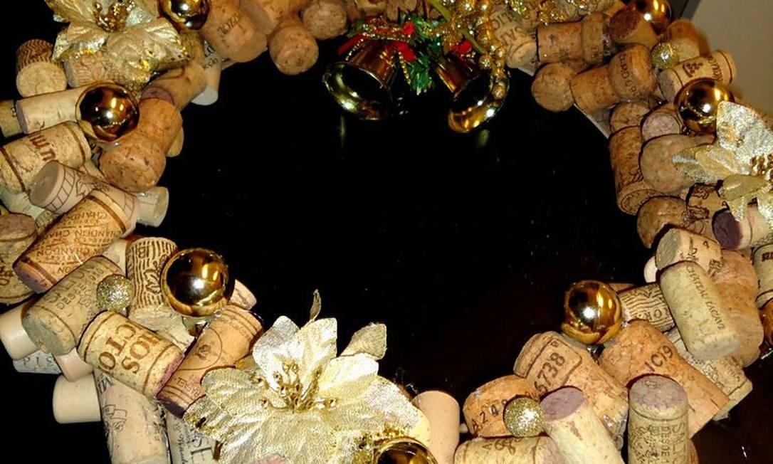 Depois de secar a cola colocar os ornamentos e está pronta sua guirlanda de rolhas de vinho Divulgação