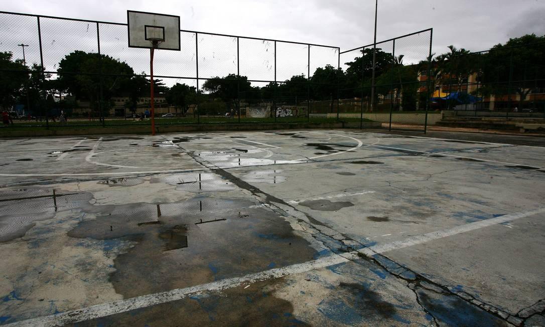 RACHADURAS e buracos numa das três quadras da área de lazer do IAPI da Penha Foto: Ângelo Antônio Duarte / Ângelo Antônio Duarte