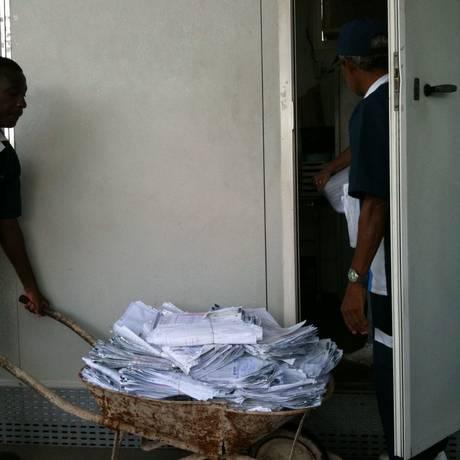 No posto de vistoria da Barra, processos do Detran são transportados em um carrinho de mão Foto: Foto do leitor Paulo Mello / Eu-Repórter