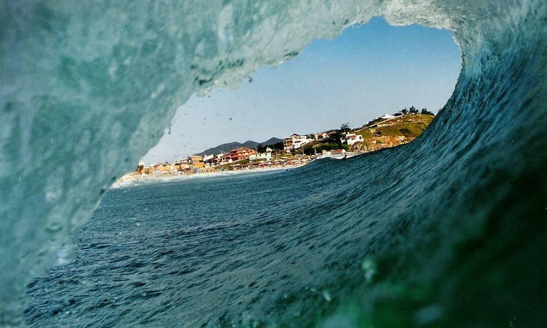 A cidade de Arraial do Cabo, na Região dos Lagos, vista das ondas Foto: O Globo / Marcelo Piu