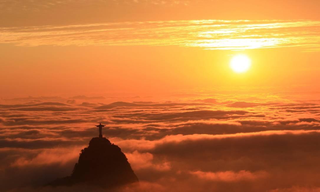 Em um dia ensolarado, o Cristo Redentor 'flutua' sobre o nevoeiro Foto: Marcos Estrella