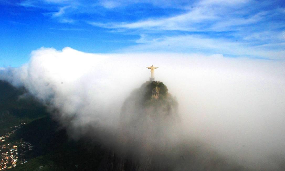 O Cristo Redentor quase encoberto pelo nevoeiro Genilson Araújo