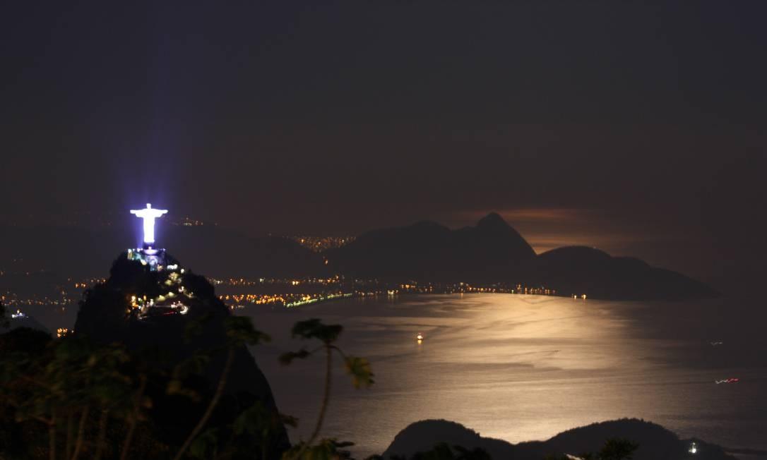 Com luzes coloridas, o Cristo Redentor ilumina o topo do Corcovado Foto: Marcos Estrella