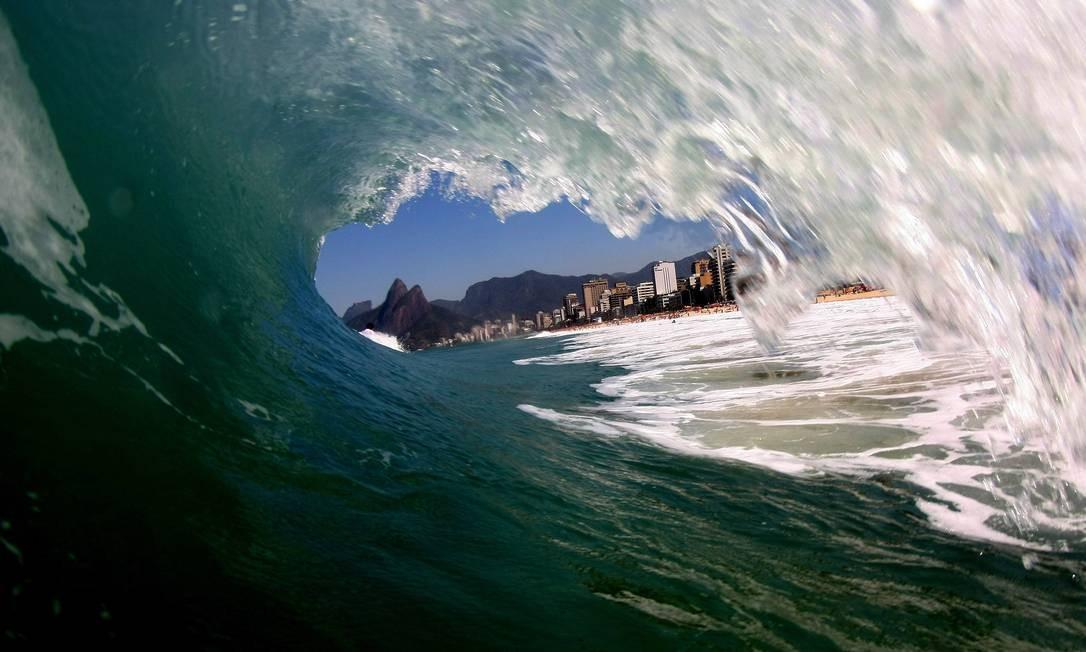 As ondas da Praia de Ipanema com o Morro Dois Irmãos ao fundo Foto: O Globo / Marcelo Piu