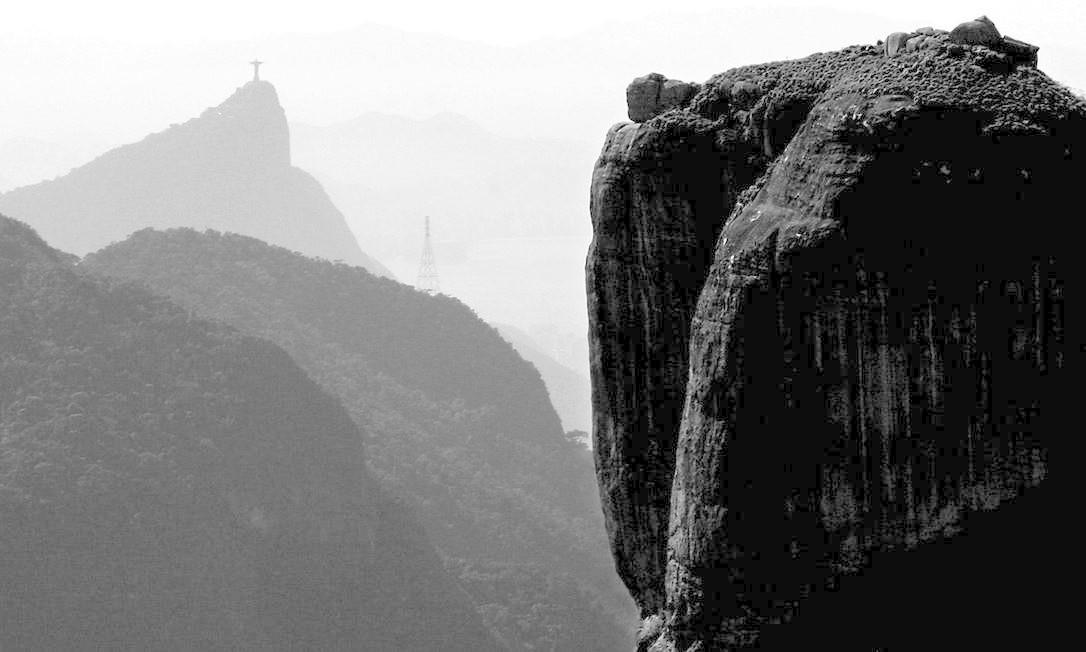 Vista aérea da Pedra da Gávea. Ao fundo, o Cristo Redentor Foto: Marco Terranova