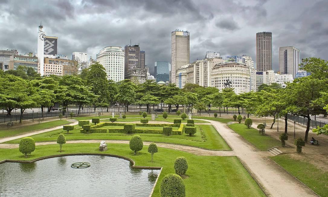 O céu nublado contrasta com o verde da Praça Paris, na Glória Foto: Chico Lima