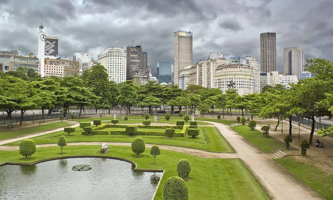 O céu nublado contrasta com o verde da Praça Paris, na Glória Chico Lima