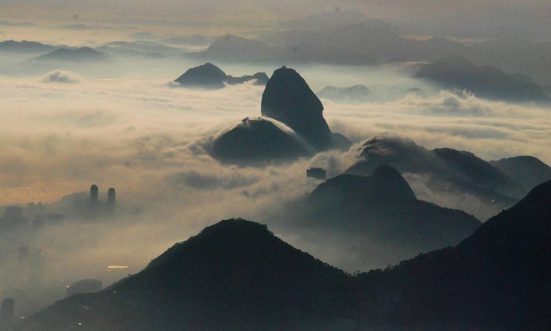 O Pão de Açúcar encoberto pelo nevoeiro Genilson de Araújo