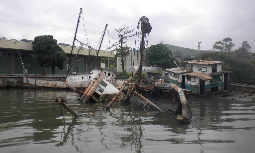 Embarcações tombadas próximo ao Centro Integrado de Pesca Artesanal Foto: divulgação/ Secretaria de Desenvolvimento regional, Abastecimento e Pesca