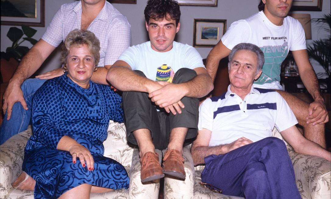 O ator reunido com a família, em 1984. Adir Mera / Agência O Globo