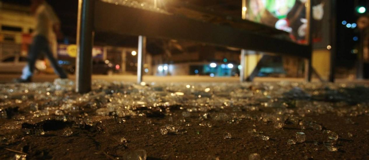Homem é morto a tiros na noite deste domingo na Rua Cândido Benício, na Praça Seca, Zona Oeste do Rio. Ele dirigia um carro acompanhado por duas mulheres e duas crianças quando um outro veículo se aproximou, e homens armados atiraram Foto: O Globo / Guilherme Leporace