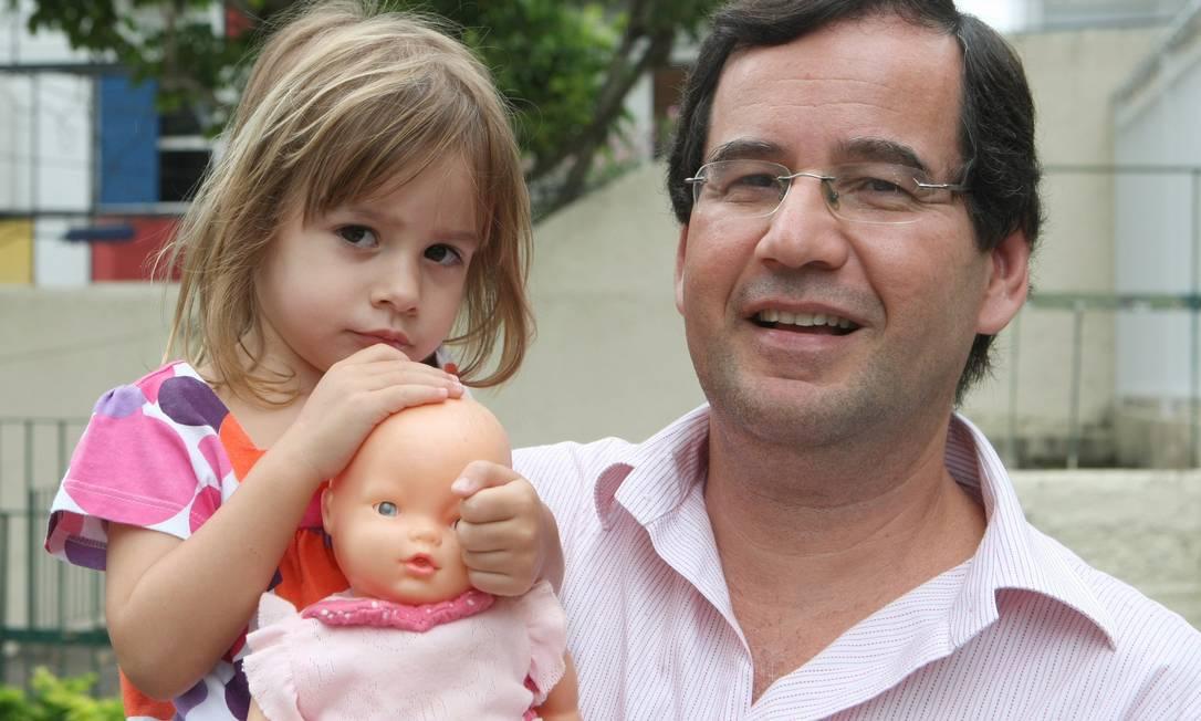 Ricardo Igreja com sua filha Joana: visita a várias escolas antes de tomar a decisão final Foto: Carlos Ivan / Agência O Globo