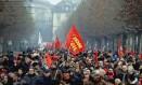 Metalúrgicos protestam em Turin, na Itália. Representantes da categoria convocam para uma paralisação de 3 horas, contra as medidas de austeridade do governo italiano Foto: AP
