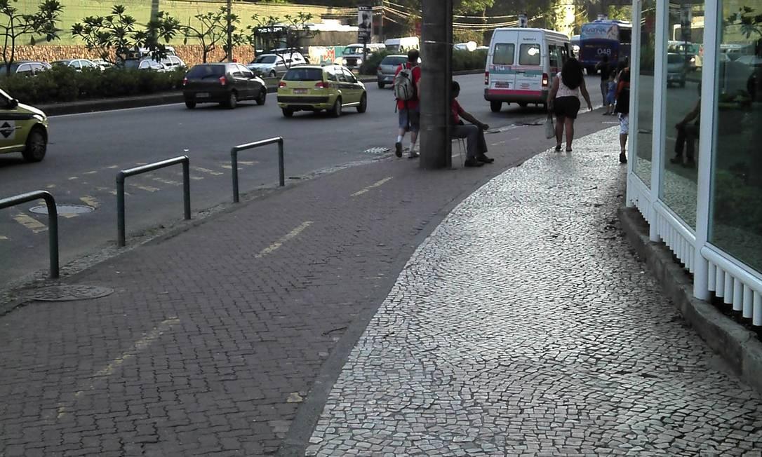 Vigia trabalha assentado em ciclovia da Gávea Foto: Foto do leitor leitor Luiz Otávio Godoy