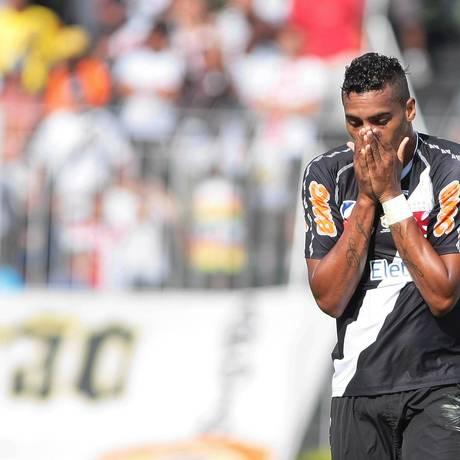 Élton lamenta gol perdido em partida contra o São Paulo em São Januário Foto: Bruno Gonzalez / EXTRA / O Globo