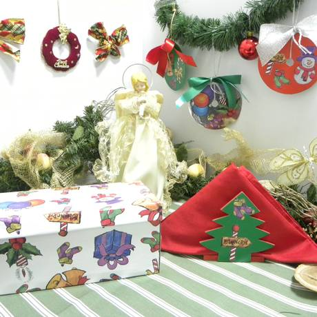 Contact com tema natalino pode enfeitar caixas, móveis e dar um toque divertido à decoração da mesa de Natal Foto: Divulgação
