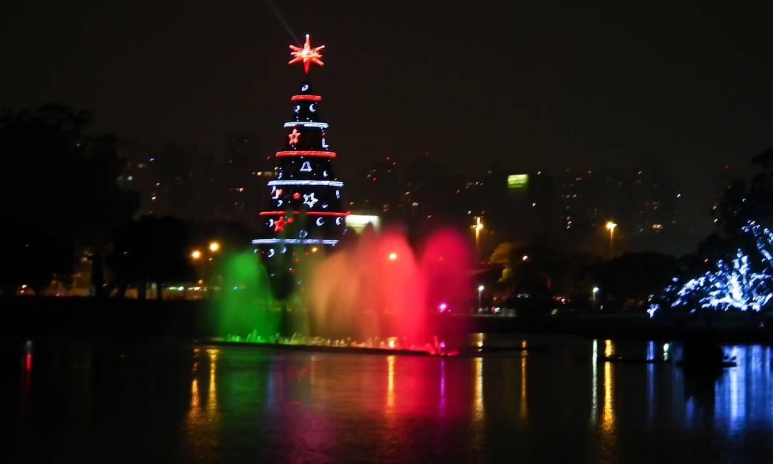 A árvore de Natal do Ibirapuera, na Zona Sul de São Paulo, foi inaugurada na noite de domingo (4), com um show de fogos de artifício Foto do leitor Cláudio Amaral