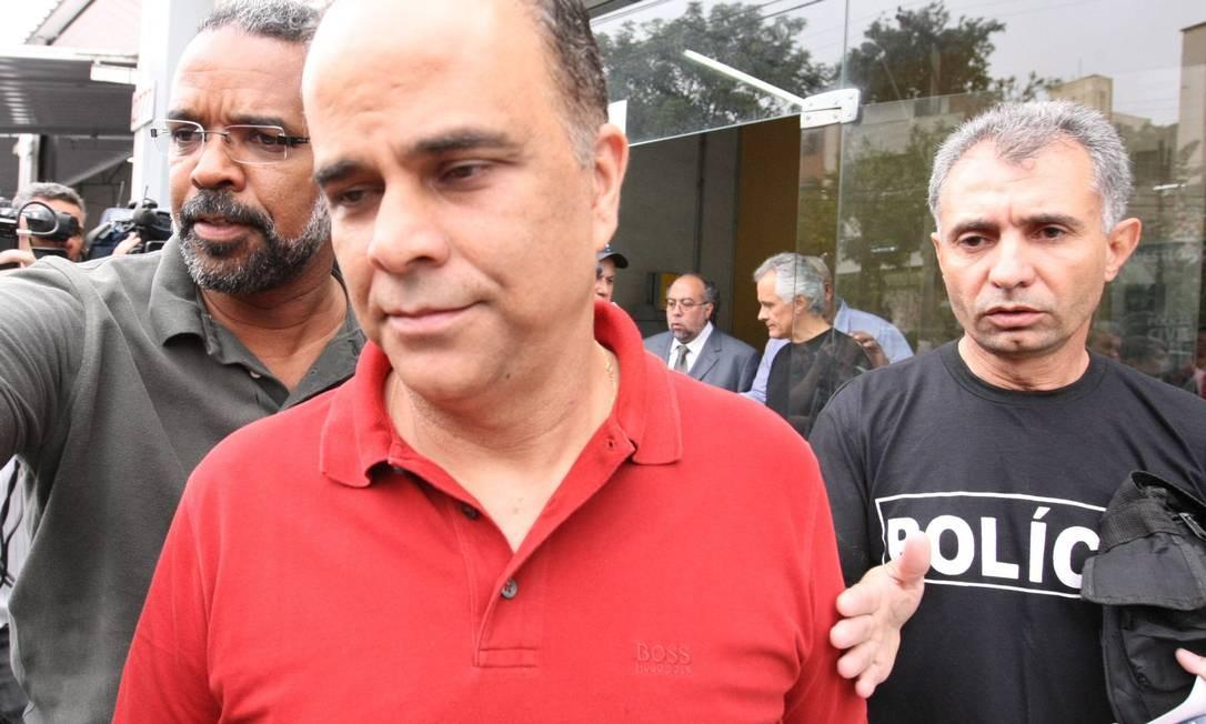 Marcos Valério no momento em que chegava à delegacia com policiais, no último dia 2 Foto: JORNAL HOJE / MARCELO PRATES