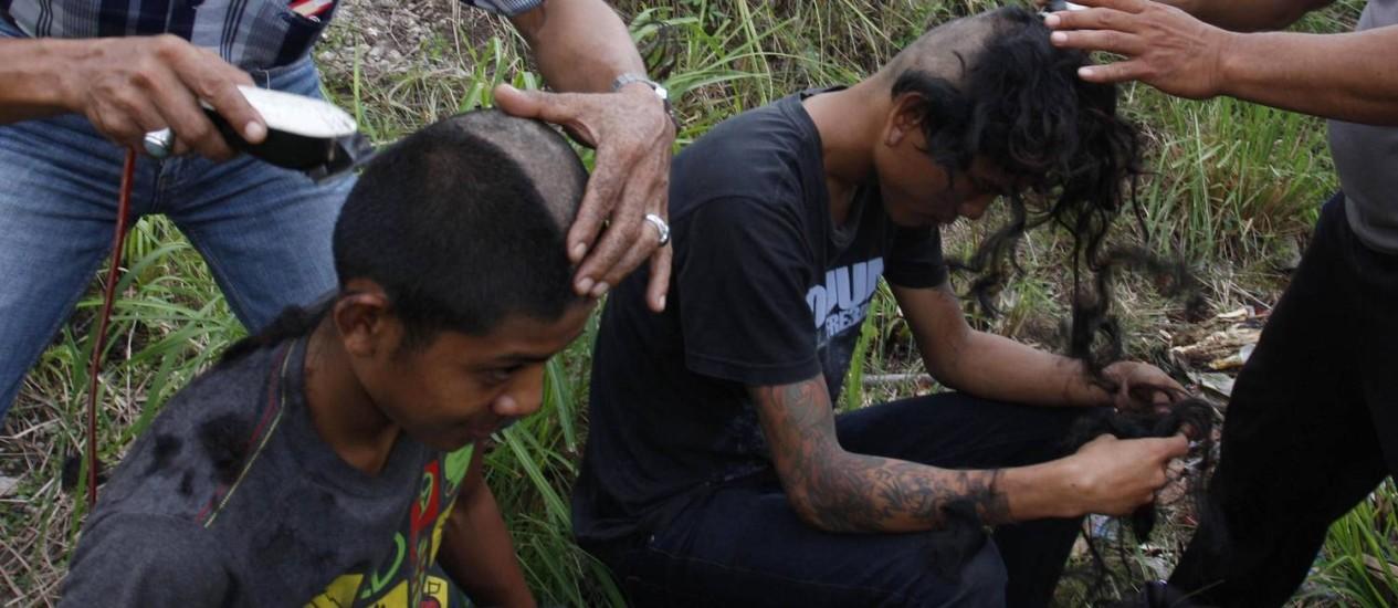 Policiais raspam moicanos de punks na Indonésia Foto: Reuters