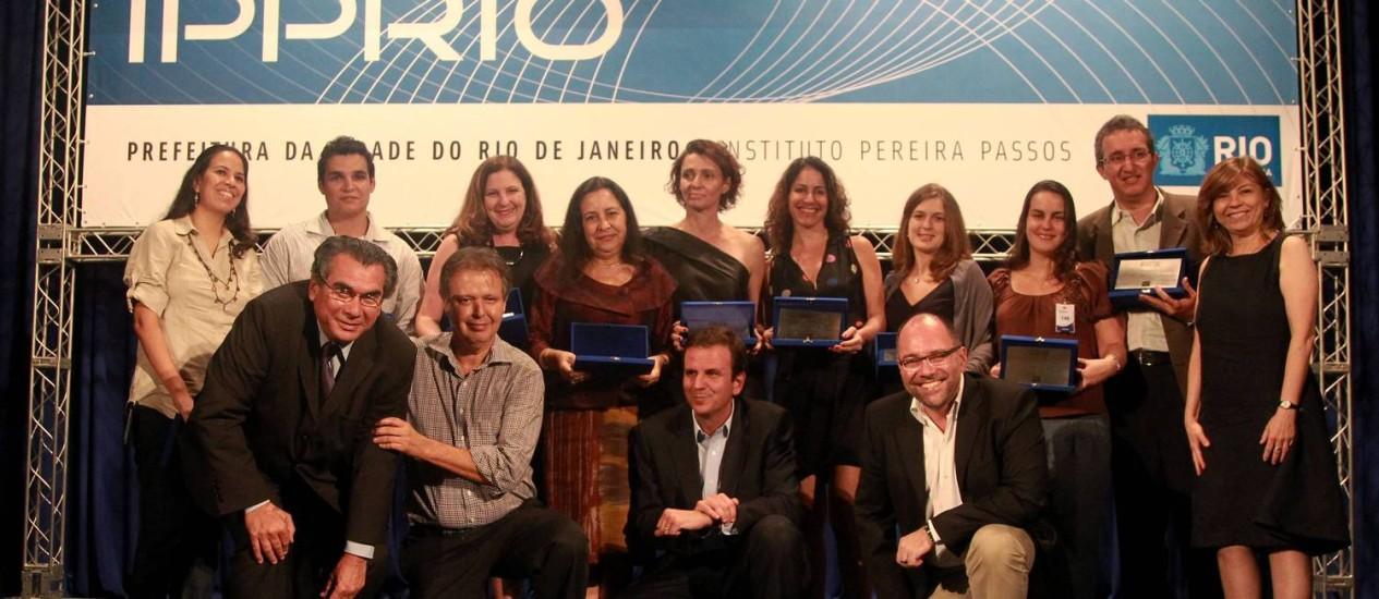 Os ganhadores do Prêmio IPP Rio com o prefeito Eduardo Paes Foto: Jorge William / O Globo
