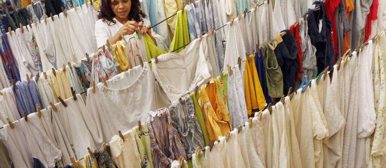 Elaine Cristina Ferreira trabalha em lavanderia de orfanato em Jacarepaguá: tecido auto-limpante facilita vida de donas de casa e ajuda a proteger o meio ambiente Foto: Gustavo Azeredo / O Globo