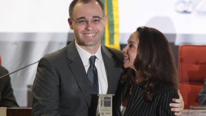 André Luiz Mendonça ao receber o prêmio especial do Innovare pelo trabalho de recuperar recursos desviados do governo Foto: ANDRE COELHO/Agencia O Globo / Agência O Globo