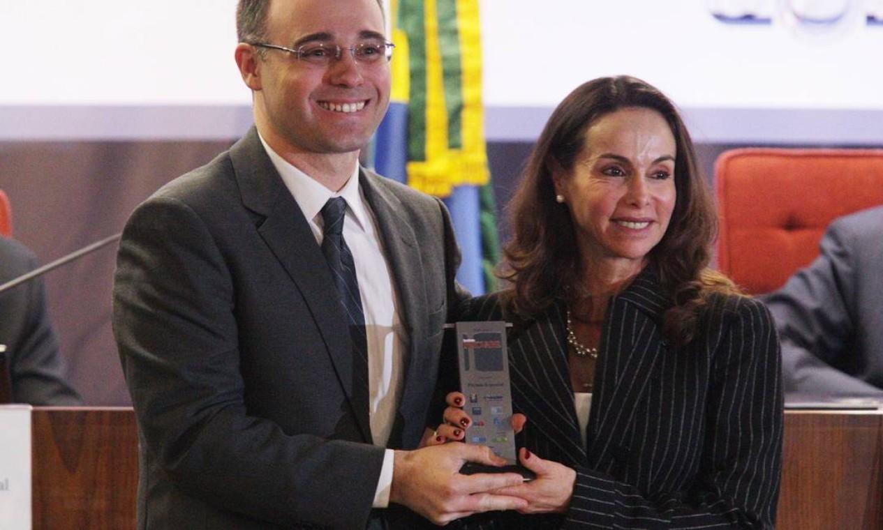 A juíza Luz Nagle e André Luiz de Almeida Mendonça, premiado na categoria Prêmio Especial. Foto: Andre Coelho / O Globo